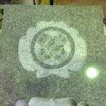 焼津工場にて、西運寺のお客様の水鉢に家紋【丸に違い鷹の羽】を彫りました【静岡県焼津市】