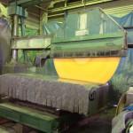 工場にて、大きな八郷みかげの原石を切っています【静岡県焼津市】