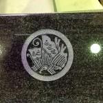 工場にて、鬼岩寺のお客様のお墓に「丸に揚羽蝶」の家紋を彫りました。【静岡県焼津市 工場】
