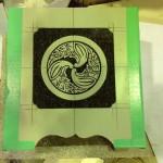 工場にて、蓮生寺のお客様の水鉢に「丸に三つ茗荷巴」の家紋を彫りました。【静岡県焼津市 工場】