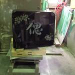 お墓の前字を心を込めて彫っています。【静岡県焼津市 工場】
