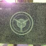 工場にて、正泉寺のお客様の納骨蓋に「丸に三つ扇」の家紋を彫りました。【静岡県焼津市 工場】