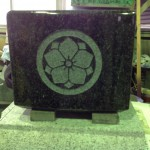 工場にて、藤枝霊園のお客様の水鉢に「丸に八重桔梗」の家紋を彫りました。【静岡県焼津市 工場】