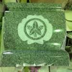 焼津工場にて、向善寺のお客様の水鉢に家紋(丸に立ち沢潟)を彫っています。【焼津市 焼津工場】