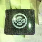 焼津工場にて、利右衛門共同墓地のお客様の家紋【丸に木瓜】を彫っています。【静岡県焼津市】