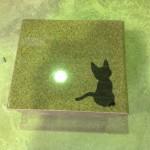 工場にて、先日可愛い猫の象嵌が入った大慶寺のお客様のお墓を字彫りしました【静岡県焼津市】