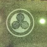 工場にて、前島霊園のお客様の水鉢に【丸に三つ柏】の家紋を彫りました【静岡県焼津市】