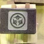 工場にて、金谷の大覚寺のお客様の水鉢に【中輪に嘴合わせ三つ雁金】の家紋を彫りました【静岡県焼津市】