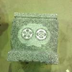 工場にて、一つの水鉢に二つの家紋を彫りました【静岡県焼津市】