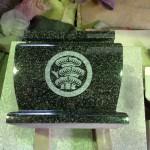 工場にて、藤枝霊園のお客様の水鉢に【丸に枝付右三階松】の家紋を彫っています【静岡県焼津市】