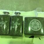 工場に、つばきの花の絵と【丸に剣かたばみ】の家紋を彫ったお墓が運ばれてきました【静岡県焼津市】