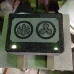 工場にて、如法寺のお客様の水鉢に二つの家紋を彫りました【静岡県焼津市】