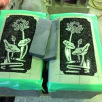 工場にて、花立てに蓮の絵を彫っています【静岡県焼津市】