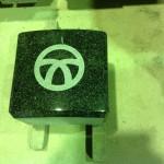 工場にて、藤枝霊園のお客様のお墓に、【丸に違い箸】の家紋を彫りました【静岡県焼津市】