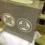 工場にて、栃山川墓地のお客様の水鉢に家紋を彫りました【静岡県焼津市】
