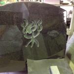工場にて、光心寺のお客様の石塔に「樂」という字を彫りました【静岡県焼津市】
