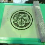 工場にて、藤枝霊園のお客様の納骨蓋に「丸に蔦」の家紋を彫りました【焼津市 工場】