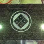 工場にて、上当間墓地のお客様のお墓に「丸に隅立て四つ目」の家紋を彫りました。【静岡県焼津市 工場】