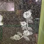 工場にて、善左衛門共同墓地のお客様の石塔にきれいな椿を彫りました。【静岡県焼津市 工場】