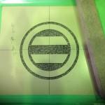 工場にて、お客様の水鉢に引両紋を彫りました。【静岡県焼津市 工場】