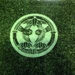 工場にて、養命寺のお客様の水鉢に「雀」の家紋を彫りました。【静岡県焼津市 工場】