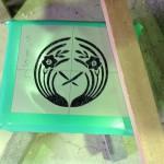 工場にて、長慶寺のお客様の水鉢に「抱き水仙」の家紋を彫りました。【静岡県焼津市 工場】