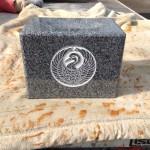 工場にて、正泉寺のお客様の水鉢に「諏訪鶴の丸」の家紋を彫りました。【静岡県焼津市 工場】
