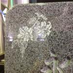 焼津工場にて、浜墓地のお客様の石塔に、百合の花を彫りました。【焼津市 焼津工場】