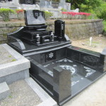 静岡県藤枝市藤枝霊園で華やかな洋型墓石が完成。インド産黒御影クンナム石とインド山崎