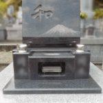あなたの好きなモチーフをお墓に刻んで。富士山の絵を石塔に影彫りしました。常楽院のお墓。グランブルー