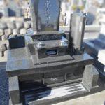 和型のお墓を位牌型に建て直しました。石塔足元のレリーフがとても美しいです。焼津市宗高
