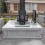 昭和40年代に建てられた古いお墓を新しく改修しました。納骨室が広くなってきれいなお墓に生まれ変わりました。平島共同墓地での改修工事。