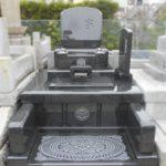 拝み場の彫刻が美しいお墓が焼津市の教念寺に完成しました。濃い緑色が美しいグリーンリーフという石を使いました。