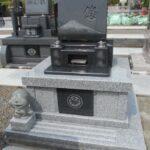 ドラえもんの石像を添えた、富士山の影彫りが美しいお墓の完成です。藤枝市の長慶寺にご自分たちのためのお墓(寿陵墓)を建てました。