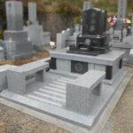 藤枝霊園に、使いやすいベンチを二つ設置した立派なお墓が完成しました。
