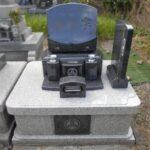 グランブルーの美しいお墓が完成しました。塔婆立ては前から見えにくいスラブ一体型塔婆立て