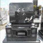 大好きだったアユを石碑に彫刻しました。ご家族様の想いのこもったお墓が完成しました。藤枝市養源院のお墓。